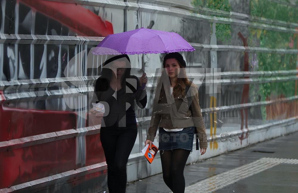 SAO PAULO, SP, 03.10.2013 - CLIMA TEMPO SAO PAULO - Paulistano enfrenta chuva na Avenida Paulista nesta quinta-feira, 03. (Foto: Amauri Nehn / Brazil Photo Press).