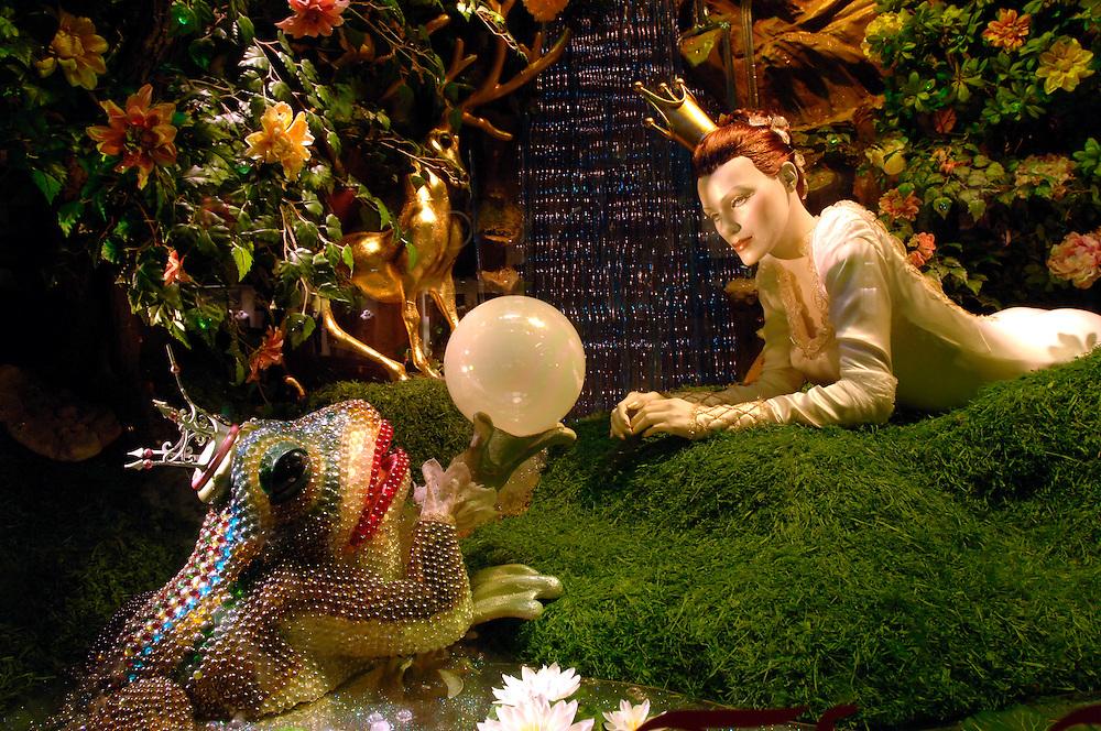 """USA, Nordamerika,New York, New York City, Manhattan, Bloomingdales department store, Lexington Avenue, Einkaufen, Shopping, Schaufenster, Weihnachten, Bloomingdales'  2005 Weihnachtsschaufenster Thema """"Der Froschkoeing"""", Weihnachtsdekoration,"""