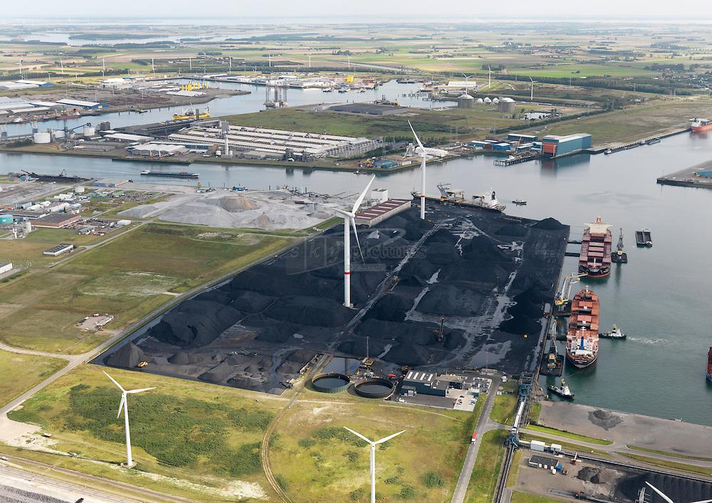 Kaloothaven in het havengebied van Zeeland seaports. De Kaloothaven is in gebruik door kolen en etsoverslagbedrijf OVET. De kade bied plaats aan 3 bulk carriers. Op het opslagterrein zijn windturbines geplaatst