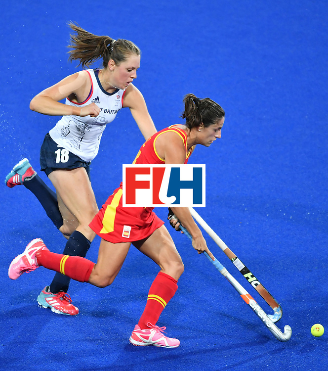 Spain's Beatriz Perez (R) vies with Britain's Giselle Ansley during the women's quarterfinal field hockey Britain vs Spain match of the Rio 2016 Olympics Games at the Olympic Hockey Centre in Rio de Janeiro on August 15, 2016. / AFP / Pascal GUYOT        (Photo credit should read PASCAL GUYOT/AFP/Getty Images)