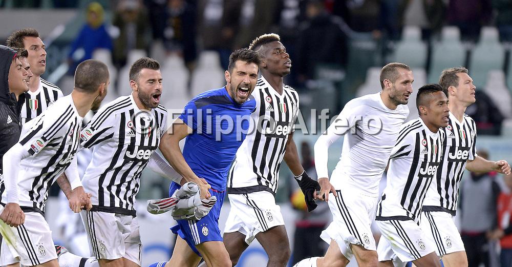 &copy; Filippo Alfero<br /> Juventus-Milan, Serie A 2015/2016<br /> Torino, 21/11/2015<br /> sport calcio<br /> Nella foto: esultanza giocatori Juve a fine gara