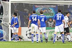 13.04.2011, Veltins Arena, Gelsenkirchen, GER, UEFA CL Viertelfinale, Rueckspiel, FC Schalke 04 (GER) vs Inter Mailand (ITA), im Bild: Tor zum 1:1 durch Thiago Motta (Mailand #8) (R). Manuel Neuer (Schalke #1) (L) springt dem Ball noch hinterher  EXPA Pictures © 2011, PhotoCredit: EXPA/ nph/  Mueller       ****** out of GER / SWE / CRO  / BEL ******