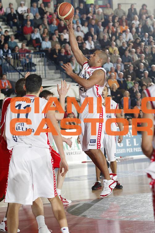DESCRIZIONE : Biella Lega A1 2005-06 Angelico Biella Bipop Carire Reggio Emilia<br /> GIOCATORE : Smith <br /> SQUADRA : Angelico Biella<br /> EVENTO : Campionato Lega A1 2005-2006 <br /> GARA : Angelico Biella Bipop Carire Reggio Emilia<br /> DATA : 04/03/2006 <br /> CATEGORIA : Tiro <br /> SPORT : Pallacanestro <br /> AUTORE : Agenzia Ciamillo-Castoria/G.Cottini