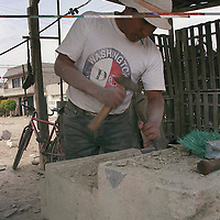 Toluca, Méx.- Artesanos que trabajan la cantera hacen monumentos para las tumbas en los cementerios. Agencia MVT / Arturo Rosales Chavez.