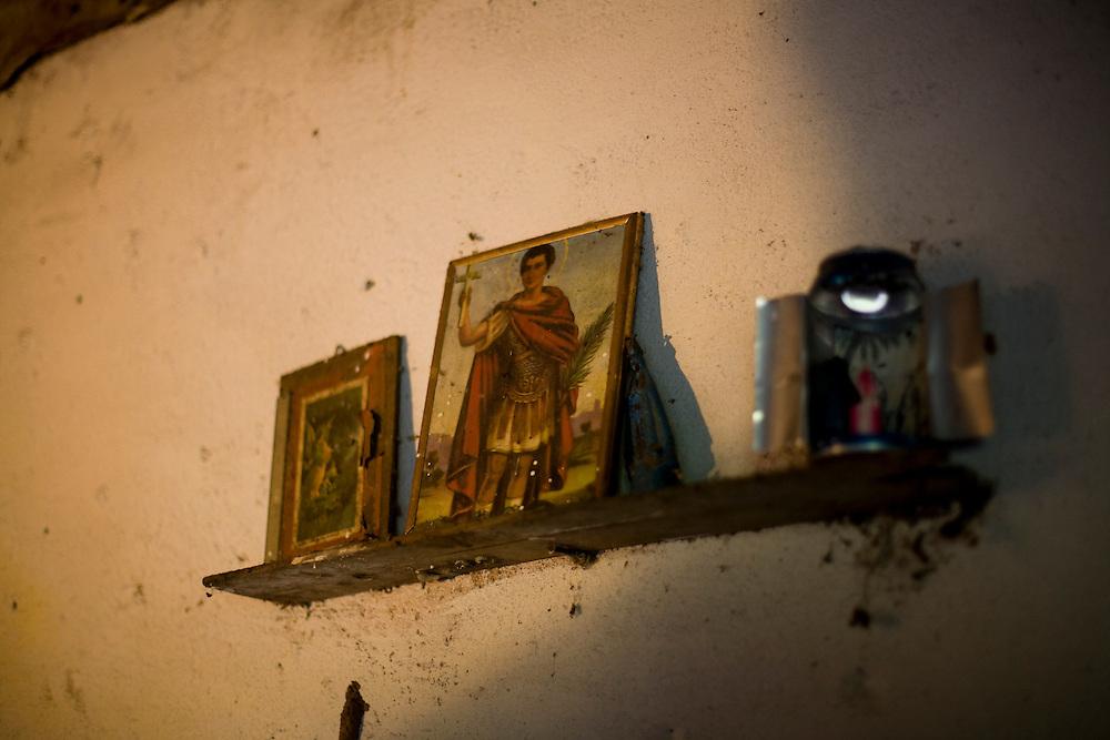 Oliveira_MG, Brasil...Detalhe de quadro de santos na parede de uma casa em Oliveira...A saint picture detail on the wall in the house in Oliveira...Foto: LEO DRUMOND / NITRO