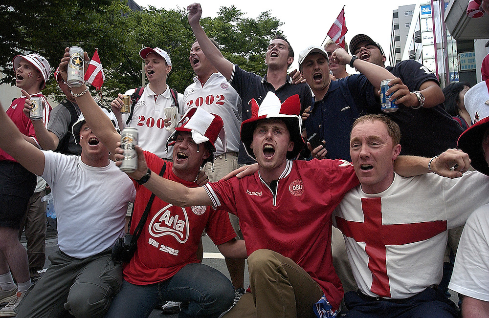 English football supporters enjoy a few drinks before heading for the game between England and Denmark at Niigata Stadium. 15 06 02 Niigata Japan..©David Dare Parker Rapho/Network
