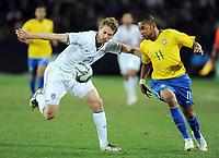 Fotball<br /> Brasil v USA<br /> Foto: Witters/Digitalsport<br /> NORWAY ONLY<br /> <br /> 28.06.2009<br /> <br /> v.l. Jonathan Spector, Robinho<br /> Fussball Confederations Cup 2009 in Suedafrika, Finale USA - Brasilien