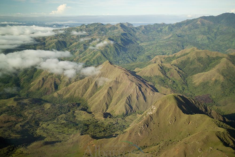 En el Cope, Enmarcado en la regi&oacute;n central  de la rep&uacute;blica de Panam&aacute;, en la provincia de Cocl&eacute;, se ubica en la zona monta&ntilde;osa de  la cordillera  central,  el Parque Nacional General de Divisi&oacute;n Omar  Torrijos Herrera.<br /> Con la creaci&oacute;n de este parque nacional se  sientan las bases para la protecci&oacute;n y conservaci&oacute;n de vastas zonas monta&ntilde;osas propias del tr&oacute;pico h&uacute;medo.<br /> <br /> El h&aacute;bitat de esta &aacute;rea  protegida tiene una extensa variedad de especies  flora y fauna, contenidos en cuatro tipo de asociaciones vegetales o  zonas vidas. Estos son: bosque h&uacute;medo tropical, bosque  muy h&uacute;medo tropical, bosque  h&uacute;medo premontano y bosque h&uacute;medo premontano bajo.<br /> <br /> La avifauna est&aacute; representada por el Colibr&iacute; Pico de Hoz (Eutoxeres &Aacute;quila) ave s&iacute;mbolo de este Parque. Tambi&eacute;n se avistan tucanes, bandadas de loros, orop&eacute;ndolas, vencejos.<br /> <br /> En cuanto a mam&iacute;feros sobresalen el Felis onca, tigrillo, manigordo, venado corzo, &ntilde;eques, conejo pintado y sa&iacute;nos entre otros. <br /> <br /> La herpetofauna del Parque Nacional Omar Torrijos Herrera est&aacute; representada por  la boa constrictor, existen tambi&eacute;n la peligrosa culebra equis y coral; del grupo de los  anfibios sobresale  la vistosa rana dorada y la rana cristal entre una amplia gama de otras especies t&iacute;picas de estos ambientes.<br /> &copy;Alejandro Balaguer/Fundaci&oacute;n Albatros Media.