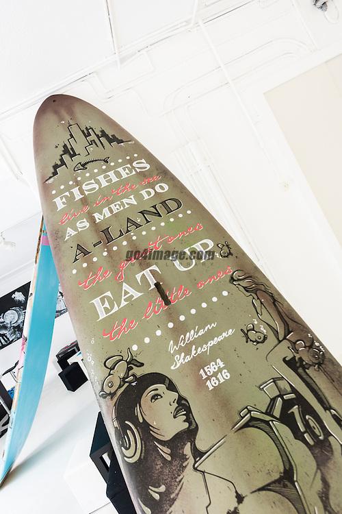 SUP ART ist die Symbiose des trendigen Sports SUP (Stand Up Paddling) und Street Art. Street Art, die bisher prim&auml;r mit Skateboarding, Breakdance und Hip Hop im Zusammenhang stand, erh&auml;lt ein neues Fundament. Sie bewegt sich weg von der Senkrechten und dem Beton in die instabile Horizontale des Wassers. Neun K&uuml;nstler verwandeln je ein ausgemustertes Board in Kunst. DIe Vernissage findet am 16. Mai statt. <br /> <br /> SUP ART schenkt neun ausgemusterten Boards der Schweizer Marke Indiana SUP ein zweites Leben. Die von der Firma Gearloose in Erlenbach sorgf&auml;ltig restaurierten und wassertauglich gemachten Boards werden von Streetart K&uuml;nstlerinnen und K&uuml;nstlern frei gestaltet. Die Ausstellung wird mit einer Vernissage am 16. Mai lanciert. <br /> <br /> Veredelung statt Entsorgung <br /> SUP ART ist auch ein Nachhaltigkeitsprojekt: 10% der Einnahmen kommen der Surfrider Foundation zugute, die weltweit Ozeane, Wellen und Str&auml;nde sch&uuml;tzt und reinigt. Und die ausgemusterten Boards, die k&uuml;nstlerisch aufgewertet werden, bleiben in einem neuen Kontext erhalten. Ob die Boards in ihrem zweiten Leben R&auml;ume schm&uuml;cken oder wieder als Wassersportobjekt eingesetzt werden liegt dabei im Ermessen der K&auml;uferin / des K&auml;ufers. Auf Wunsch werden die Boards von der Firma Gearloose, nach der Ausstellung wasserfest laminiert.               <br /> <br /> Initiantin und Kuratorin von SUP ART, Mabel Eugster, Innenarchitektin und Lebensk&uuml;nstlerin, hat SUP vor rund f&uuml;nf Jahren entdeckt. Sie bietet im Sommer SUP YOGA auf dem Z&uuml;richsee an. (Supyogazuerich.ch) Am Pazifik aufgewachsen, ist sie ein Kind des Wassers. Auch Kunst begleitet die gelernte 3D-Polydesignerin sie seit Ihrer Jugend. Die verp&ouml;nte Graffitibewegung Ende der 80er Jahre hat sie hautnah erlebt &ndash; und war fasziniert: &laquo;Versprayte W&auml;nde haben mich schon immer angezogen. Das Leuchten der Farben und die neuen R&auml;ume, die durch die Bild