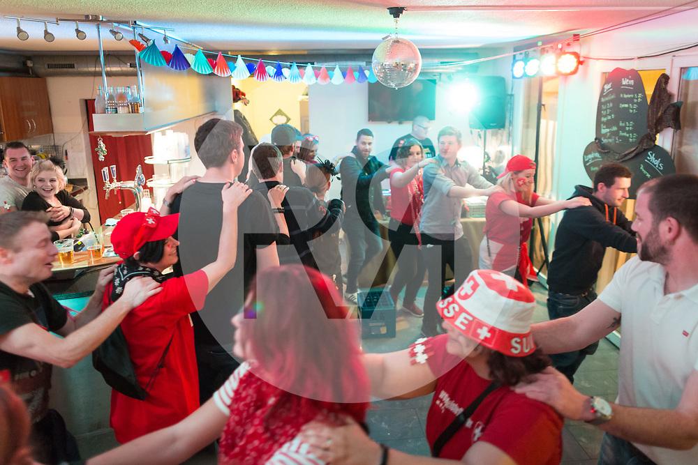 SCHWEIZ - MEISTERSCHWANDEN - Meitlitage 2018, hier wird die Polonaise durch das Café-Bar Speuzli getanzt - 14. Januar 2018 © Raphael Hünerfauth - http://huenerfauth.ch