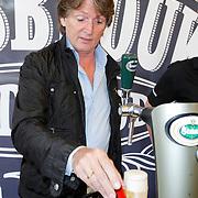 NLD/Laren/20120615 - Onthulling Erik de Zwart bier, Erik de Zwart tapt zijn eigen biertje