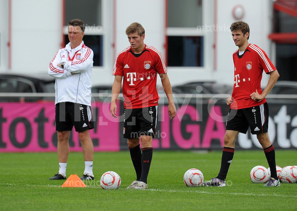 Fussball 1. Bundesliga:  Saison   2010/2011    Training beim FC Bayern Muenchen 02.08.2010 Trainer Louis van Gaal, Toni Kroos, Thomas Mueller (v. li., FCB)
