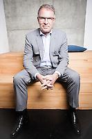 """Carsten Spohr, Chef der Deutschen Lufthansa posiert für ein Portrait in einem Konferrenzraum des neuen Startup-Centers """"The Factory"""" in Berlin-Mitte."""