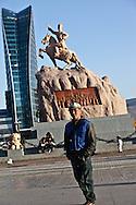 Mongolia. Ulaanbaatar. people on Sukhe bator square, the city center of  Ulaanbaatar, mongolia :  la place Sukhe bator , centre ville de Oulan bator Mongolie