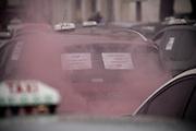Manifestation des artisans taxis en Avignon contre la loi Attali et les sociétés de transport lowcost tel easytake et ecocab
