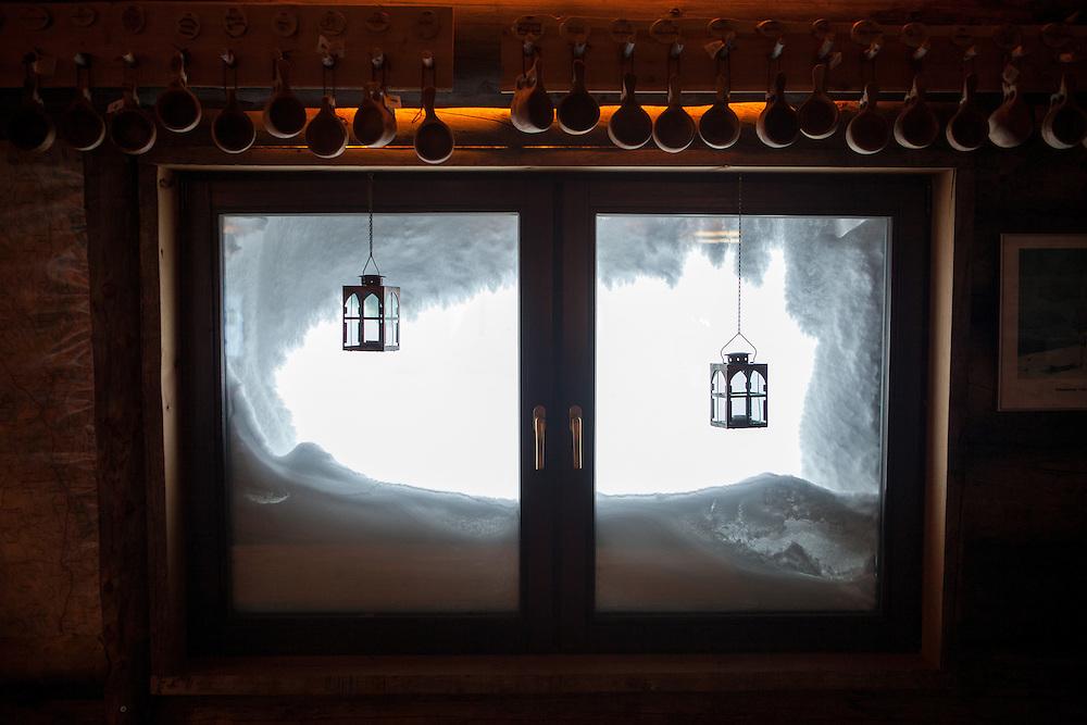 FINNLAND - Lappland - REISE/Travel; Region um Kittilä im Norden Lapplands; Skigebiete, Winter, Schnee; Die Region Ylläs in Lappland besteht aus sieben Fjälls, wobei der Ylläs-Fjäll.mit 718 Metern einer der höchsten in Lappland ist. HIER: Ylläs; Skigebiet; Hütte, Wärme, 17.01.2011