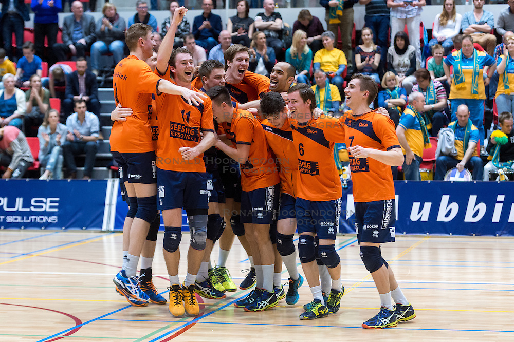 10-04-2016 NED: Seesing Personeel Orion -  Landstede Volleybal, Doetinchem<br /> In de derde en beslissende partij tussen Orion en Landstede Volleybal werd gespeeld om het toegangsticket tot de play – off finale. Orion trok aan het langste eind door Zwolle met 3-1 naar huis te sturen / Pim Kamps #7 of Orion, Tom Buijs #11 of Orion, Stijn Held #3 of Orion, Dik Heusinkveld #2 of Orion, Rob Jorna #10 of Orion, Joris Marcelis #5 of Orion, Ryan Anselma #1 of Orion, Tom Kottink #6 of Orion