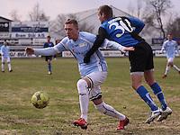 FODBOLD: Nicklas Svendsen (HB Køge) forsøger at stoppe Casper Sørensen (Helsingør) under kampen i Danmarksserien, pulje 1, mellem HB Køge og Elite 3000 Helsingør den 1. april 2010 på Køge Stadion. Foto: Claus Birch