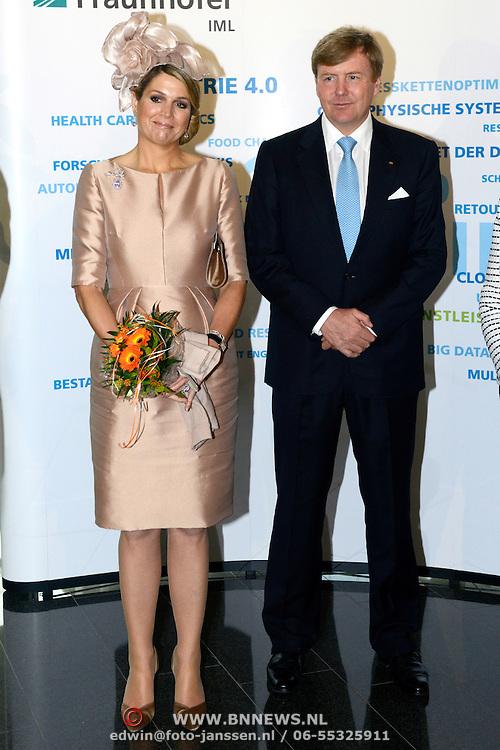Koning en koningin bezoeken Noordrijn-Westfalen. Koning Willem Alexander en Koningin Maxima bezoeken het onderzoeksinstituut Fraunhofer IML<br /> <br /> King and Queen visit North Rhine-Westphalia.<br /> King Willem Alexander and Queen Maxima visit  research Fraunhofer IML<br /> <br /> Op de foto / On the photo: <br /> <br />  Koning Willem Alexander en Koningin Maxima komen aan<br /> <br /> King Willem Alexander and Queen Maxima arrive