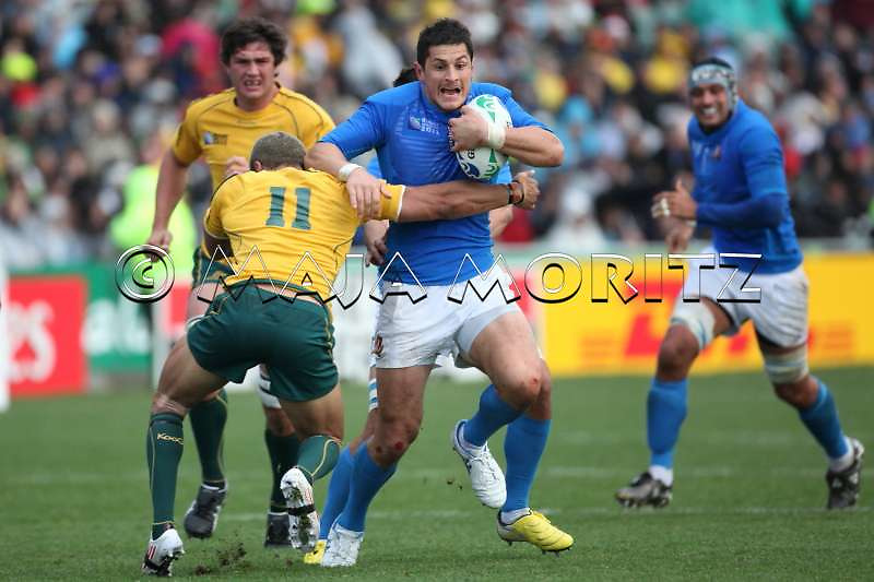 Alessandro ZANNI (Italy) with the ball is tackled by Digby IOANE (Australia)