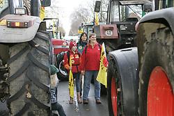 Blockade der Straßentransportstrecke für den Castor nach Gorleben: Mehrere Traktoren sind ineinander verkeilt, viele weitere dahinter sperren die Straße.  <br /> <br /> Ort: Splietau<br /> Copyright: Karin Behr<br /> Quelle: PubliXviewinG