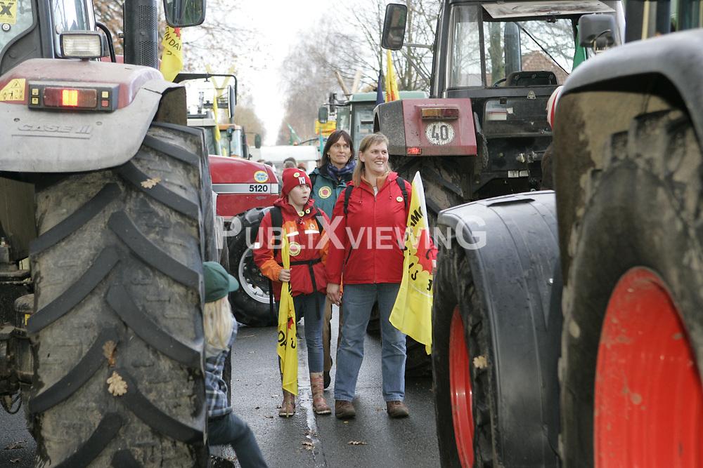 Blockade der Stra&szlig;entransportstrecke f&uuml;r den Castor nach Gorleben: Mehrere Traktoren sind ineinander verkeilt, viele weitere dahinter sperren die Stra&szlig;e.  <br /> <br /> Ort: Splietau<br /> Copyright: Karin Behr<br /> Quelle: PubliXviewinG