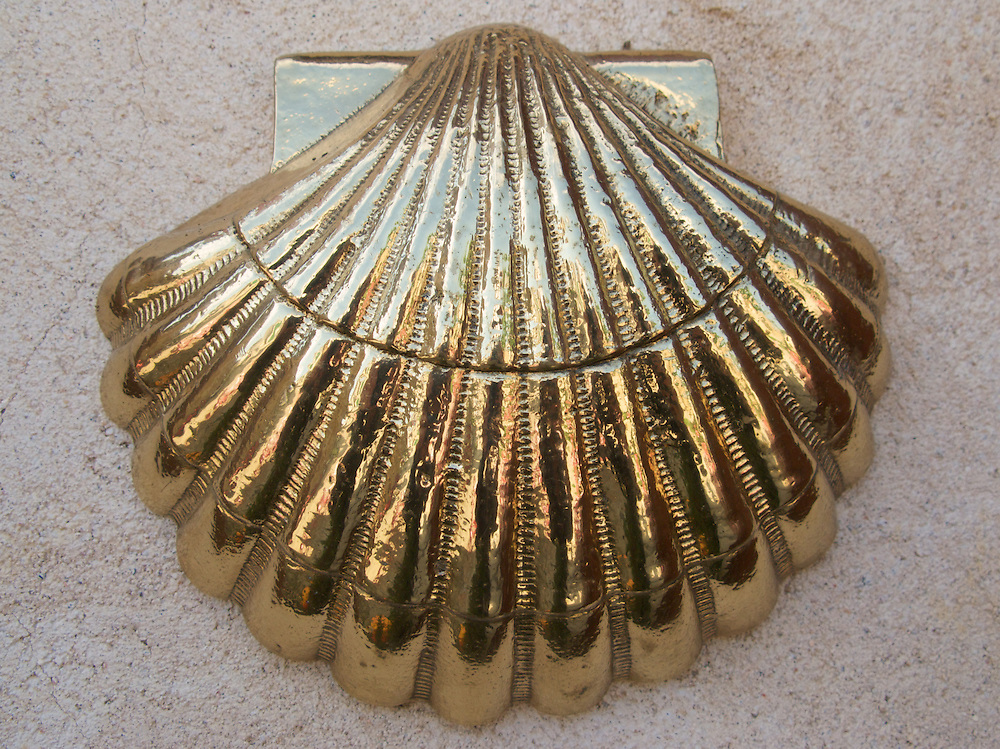 On the side of a restaurant in San Nicolas del Real Camino, there was an especially brilliant gold scallop shell. There were many such scallop shells along the Way of Saint James however not many were as spectacular as this one.