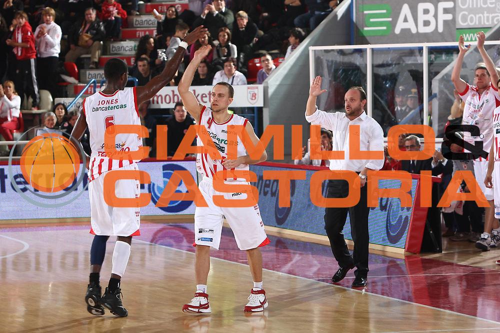 DESCRIZIONE : Teramo Lega A 2009-10 Basket Bancatercas Teramo Cimberio Varese<br /> GIOCATORE : Bobby Jones Ryan Hoover <br /> SQUADRA : Bancatercas Teramo<br /> EVENTO : Campionato Lega A 2009-2010 <br /> GARA : Bancatercas Teramo Cimberio Varese<br /> DATA : 17/10/2009<br /> CATEGORIA : esultanza<br /> SPORT : Pallacanestro <br /> AUTORE : Agenzia Ciamillo-Castoria/C.De Massis<br /> Galleria : Lega Basket A 2009-2010 <br /> Fotonotizia : Teramo Lega A 2009-10 Basket Bancatercas Teramo Cimberio Varese<br /> Predefinita :