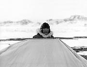 Un ai?ne? Inu montant une tente prospecteur lors d'une excursion de chasse aux caribous. Nunavik