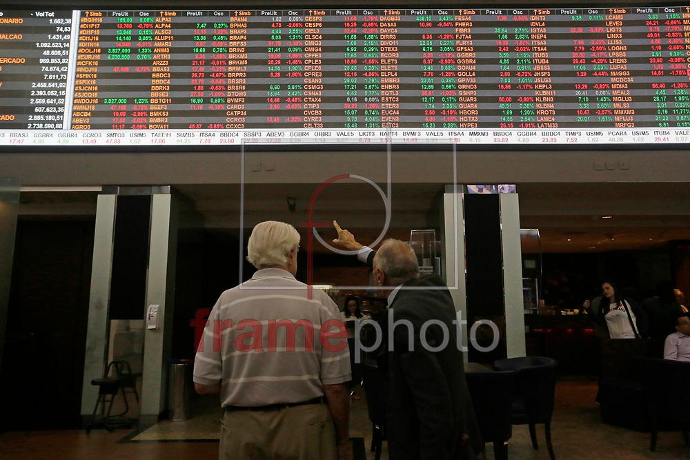 A BM&F Bovespa opera com o índice da bolsa em baixa durante o começo da tarde desta quarta feira, após o ex presidente Luiz Inácio Lula da Silva aceitar convite da presidente Dilma Rousseff para ser ministro da Casa Civil. A cotação do dólar opera em alta.