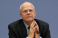"""06 NOV 2003, BERLIN/GERMANY:<br /> Prof. Dr. Meinhard Miegel, Sprecher des Buergerkonvents und Leiter des Instituts fuer Wirtschaft und Gesellschaft Bonn, Pressekonferenz zum Thema """"Reformdiskussion in Deutschland aus Sicht des Buergerkonvents, Bundespressekonferenz<br /> IMAGE: 20031106-01-020<br /> KEYWORDS: Bürgerkonvent"""