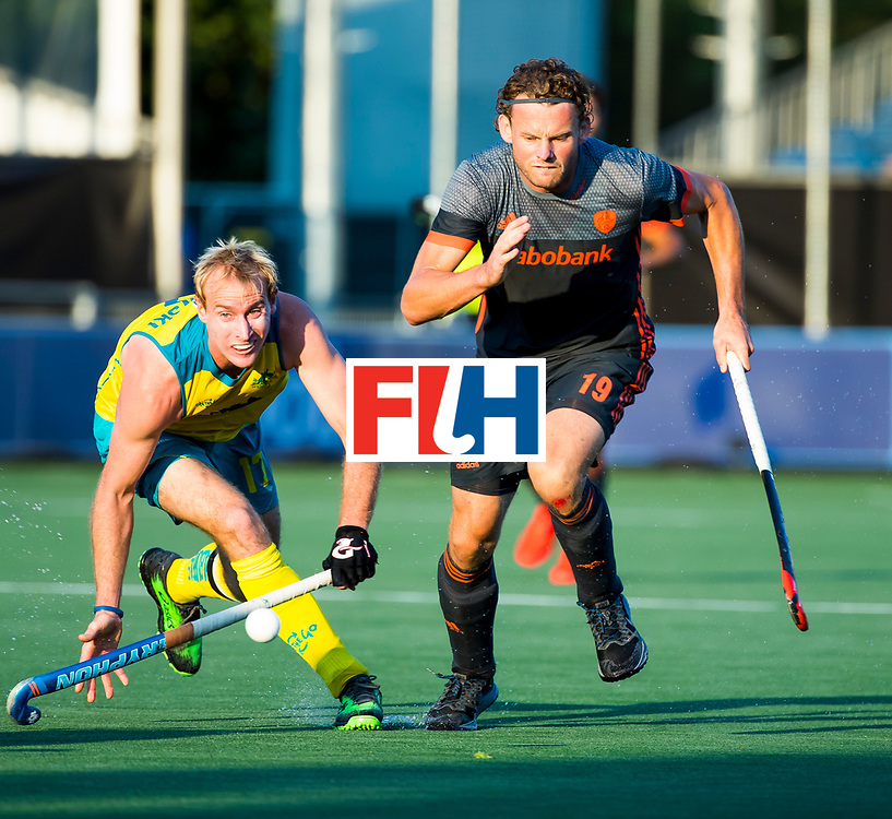 BREDA - Bob de Voogd (Ned) met Aran Zalewski (Aus)   tijdens Nederland- Australie bij  de Hockey Champions Trophy. COPYRIGHT KOEN SUYK