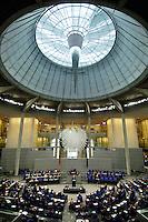 10 MAR 2006, BERLIN/GERMANY:<br /> Uebersicht Plenarsaal, Bundestagsdebatte zur Ersten Beratung der Grundgesetzaenderungen im Rahmen der Foederalismusreform, Plenum, Deutscher Bundestag<br /> IMAGE: 20060310-01-049<br /> KEYWORDS: Bundesadler, Übersicht, Kuppel