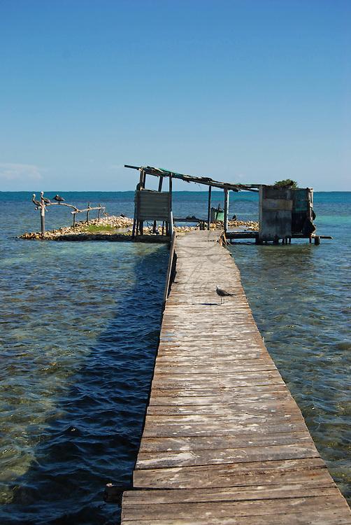 Parque Nacional Archipielago Los Roques, es un hermoso archipiélago de pequeñas islas coralinas que se encuentra ubicado en el Mar Caribe y ocupa 221.120 hectáreas. Muelle del palafito.