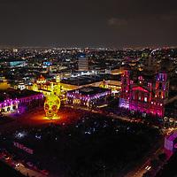 Toluca, México.- Un globo aerostatico con la figura de una calavera de azucar forma parte del espectaculo de musica e iluminación multicolor en la plaza de los Martires de la ciudad durante el festival del Alfeñique 2019. Agencia MVT / Mario Vázquez de la Torre.