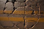 Pitangui_MG, Brasil...Buracos no asfalto da BR 352 em Pitangui, Minas Gerais...Cracks at the BR 352 asphalt in Pitangui, Minas Gerais...Foto: LEO DRUMOND / NITRO