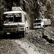 DESDE MAYO DE 1999 Y DEBIDO A LOS NUMEROSOS ACCIDENTES QUE SE REGISTRABAN,SE ESTABLECIO <br /> UNOS HORARIOS PARA CIRCULAR EN UN SOLO SENTIDO<br /> EN EL TRAMO DE LA CARRETERA DE YOLOSA-CHUSPIPATA.<br /> LOS YUNGAS. BOLIVIA. FOTO : JORDI CAMI