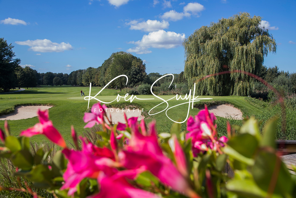 ELST - hole 18 met bloemen van het terras. Golfbaan Landgoed Welderen. COPYRIGHT  KOEN SUYK