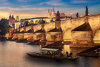 """Prag die goldene Stadt zum Sonnenuntergang. Für den Beinamen """"Goldene Stadt"""" gibt es gleich mehrere Erklärungen: Zum einen ließ Kaiser Karl IV. die Türme der Prager Burg vergolden. Zum anderen unterstützte Rudolf II. mehrere Alchimisten bei der Suche nach Gold."""