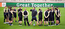 MARSEILLE, FRANCE - Monday, September 15, 2008: Liverpool's manager Rafael Benitez gives a team talk before training ahead of the opening UEFA Champions League Group D match against Olympique de Marseille at Stade Velodrome. (Photo by David Rawcliffe/Propaganda)