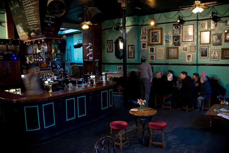 KING'S HEAD PUB & THEATRE.115, Upper Street, Islington, N1 1QN.Tube: Angel (Northen line), Highbury-Islington (Victoria Line).tel: 0044(0)2072264443.Box Office: 0044(0)8444771000.web: kingsheadtheatre.com.E-mail: pub@kingsheadtheatre.com.EVENTI: TEATRO: si trova nel retro del pub ed e' stato nominato come miglior teatro al di fuori del WestEnd per la produzione della BOHEME. Raccomandato per vivere un esperienza teatrale che va al di la dei teatri convenzionali. Inoltre, il pub organizza serate di misica dal vivo e  MUSICQUIZ NIGHT per mettere alla prova la vostra conoscenza musicale.