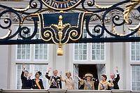 Nederland. Den Haag, 18 september 2007.<br /> Prinsjesdag. Na de Troonrede volgt op paleis Noordeinde de traditionele balkonscene. V.l.nr: prins Constantijn, prinses Laurentien, prins Willem-Alexander, prinses Maxima, koningin Beatrix, prinses Margriet en mr. Pieter van Vollenhoven.<br /> Foto Martijn Beekman <br /> NIET VOOR TROUW, AD, TELEGRAAF, NRC EN HET PAROOL