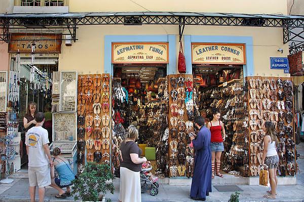 Griekenland, Athene, 5-7-2008Winkel voor souverniers in de Plaka, onder de Akropolis in de oude stad.Foto: Flip Franssen