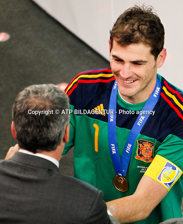 O capit&bdquo;o espanhol Iker CASILLAS  com medalha de campe&bdquo;o mundial no peito ap&Ucirc;s partida entre Holanda X Espanha v&middot;lida pela Final da Copa do Mundo &iexcl;frica 2010, realizado no Soccer City Stadium. Johanesburgo/GA, &iexcl;frica do Sul - 11/07/2010. Foto: Andre Chaco / Fotoarena<br />