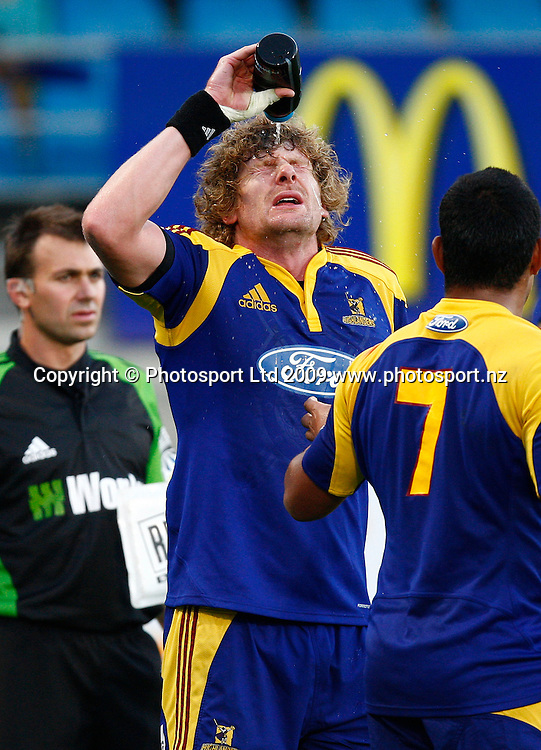Highlanders Adam Thompson splashes water on his face during a Super 14 rugby match, Otago Highlanders versus Canterbury Crusaders. Carisbrook, Dunedin, New Zealand. Saturday 7 March 2009. Photo: Simon Watts/PHOTOSPORT