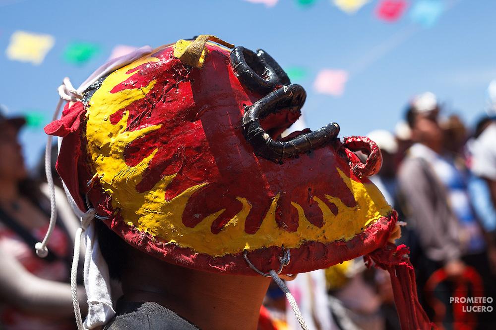 Un tigre combatiente se prepara para confrontar a su oponente.<br /> <br /> Cada a&ntilde;o, Ind&iacute;genas nahuas de Acatl&aacute;n, municipio de Chilapa, Guerrero, protagonizan en las alturas del Corozco o &quot;Lugar de las Cruces&quot;, la Pelea de Tigres para atraer la lluvia y mejorar las cosechas. En el batimiento participan hombres, pero tambi&eacute;n mujeres y ni&ntilde;os. La creencia es que mientras m&aacute;s peleas haya, mejores lluvias habr&aacute; para el campo. (Foto: Prometeo Lucero)