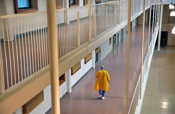 Nederland, Nijmegen, 14-12-2011Medewerker van een ziekenhuis loopt door de gang naar de ok.Foto: Flip Franssen