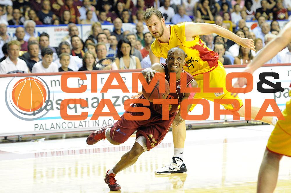 DESCRIZIONE : Venezia Lega Basket A2 2010-11 Playoff Semifinale Gara 5 Umana  Venezia Prima Veroli<br /> GIOCATORE : Alvin Yaoung<br /> SQUADRA : Umana Reyer Venezia<br /> EVENTO : Campionato Lega A2 2010-2011<br /> GARA : Umana Reyer Venezia Prima Veroli<br /> DATA : 08/06/2011<br /> CATEGORIA : palleggio penetrazione<br /> SPORT : Pallacanestro <br /> AUTORE : Agenzia Ciamillo-Castoria/C. De Massis<br /> Galleria : Lega Basket A2 2010-2011 <br /> Fotonotizia : Venezia Lega Basket A2 2010-11 Playoff Semifinale Gara 5 Umana Reyer Venezia Prima Veroli<br /> Predefinita :