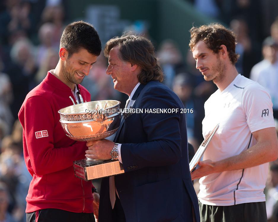 Tennis Legende Adriano Panatta (ITA) ueberreicht Pokal an den Sieger Novak Djokovic (SRB) ,Andy Murray im Hintergrund,Siegerehrung,Praesentation,Herren Finale, Endspiel,<br /> <br /> Tennis - French Open 2016 - Grand Slam ITF / ATP / WTA -  Roland Garros - Paris -  - France  - 5 June 2016.