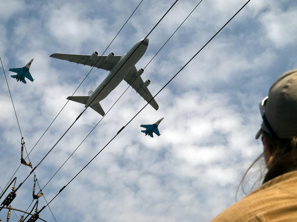 Flugzeuge der russischen Streitkr&auml;fte &uuml;ber Moskau w&auml;hrend der gr&ouml;&szlig;ten Milit&auml;rparade in Ru&szlig;land seit Ende der Sowjetunion 1991. Am 9. Mai 2008 rollten Panzer und Interkontinentalraketen &uuml;ber den Roten Platz.<br /> <br /> Airplanes of the Russian Army   above Moscow during he Victory Day parade (took place the 9th of May 2008) which showcased military hardware for the first time since the Soviet collapse.